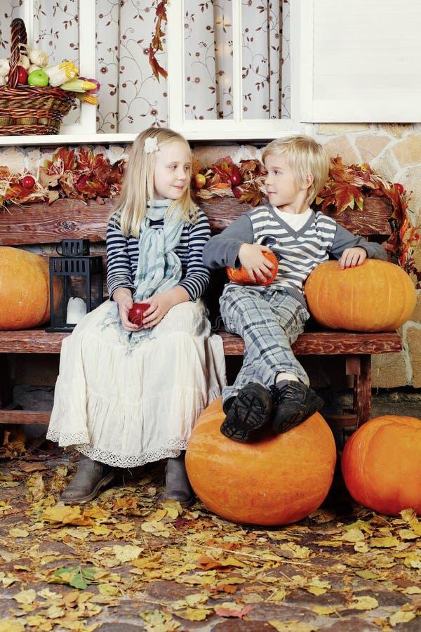Día de la acción de gracias - niños sonrientes imágenes de archivo libres de regalías