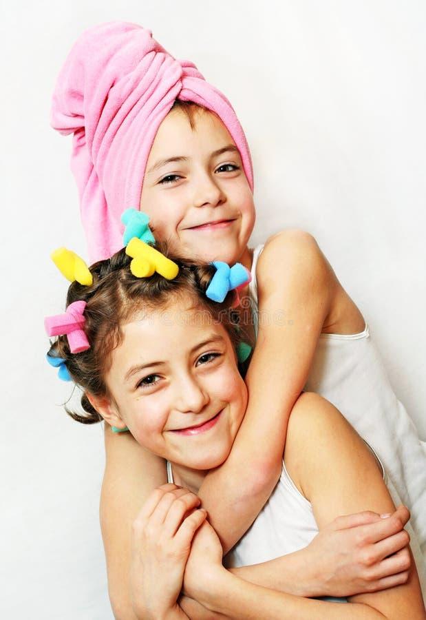 Día de la belleza de hermanas gemelas fotografía de archivo