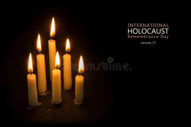 Día de la conmemoración del holocausto, el 27 de enero, velas contra el CCB negro imágenes de archivo libres de regalías