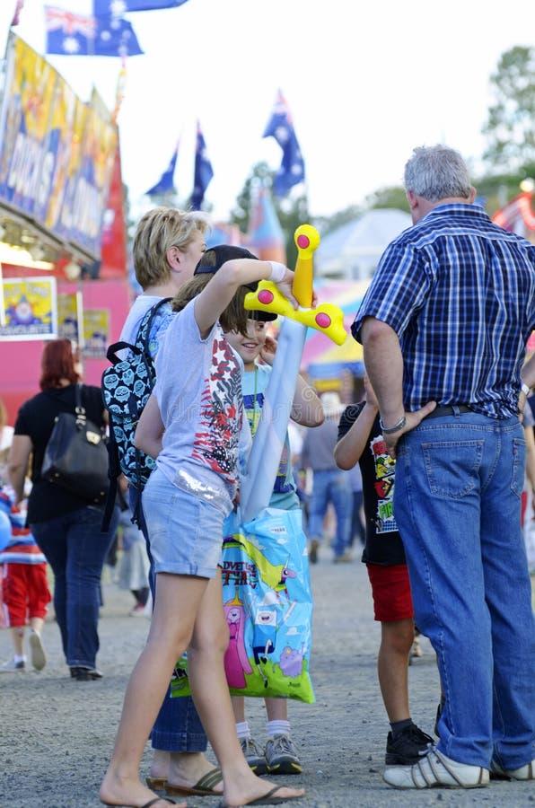Día de la familia hacia fuera en la demostración australiana de la feria de diversión del país fotos de archivo