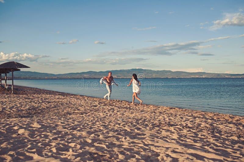 Día de la familia y de tarjetas del día de San Valentín Mujer y hombre atractivos en el mar Vacaciones de verano y vacaciones del fotos de archivo libres de regalías