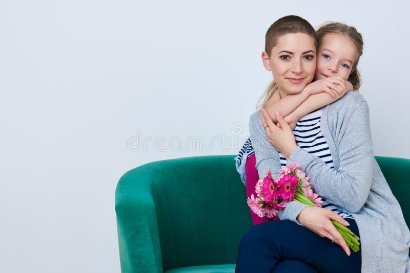 Día de la madre del ` s del ` feliz s del día, de las mujeres o fondo del cumpleaños Niña linda que da el ramo de la mamá de marg imagenes de archivo