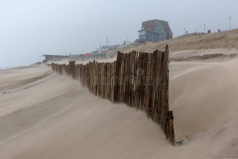 Día de la tormenta en la playa de Bloemendaal aan Zee, Países Bajos fotografía de archivo