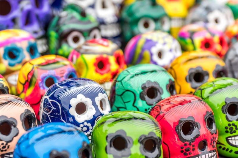 Día de los cráneos muertos del azúcar de la estatuilla imagenes de archivo