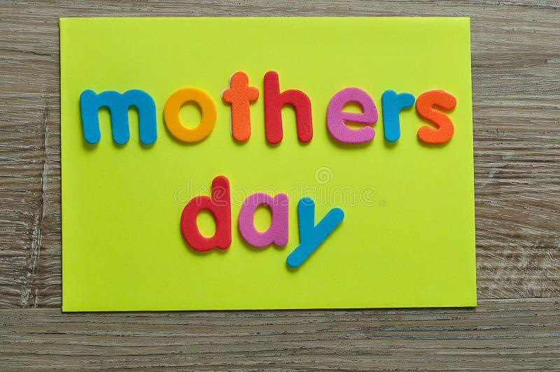Día de madres en una nota amarilla fotos de archivo