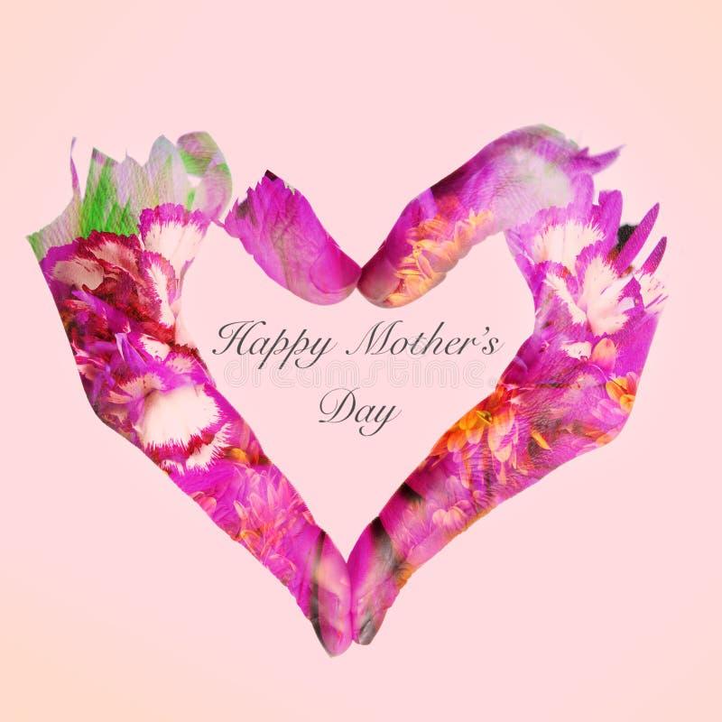 Día de madres feliz del corazón y del texto en un fondo rosado fotos de archivo libres de regalías