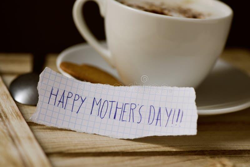 Día de madres feliz del texto en un trozo de papel foto de archivo libre de regalías