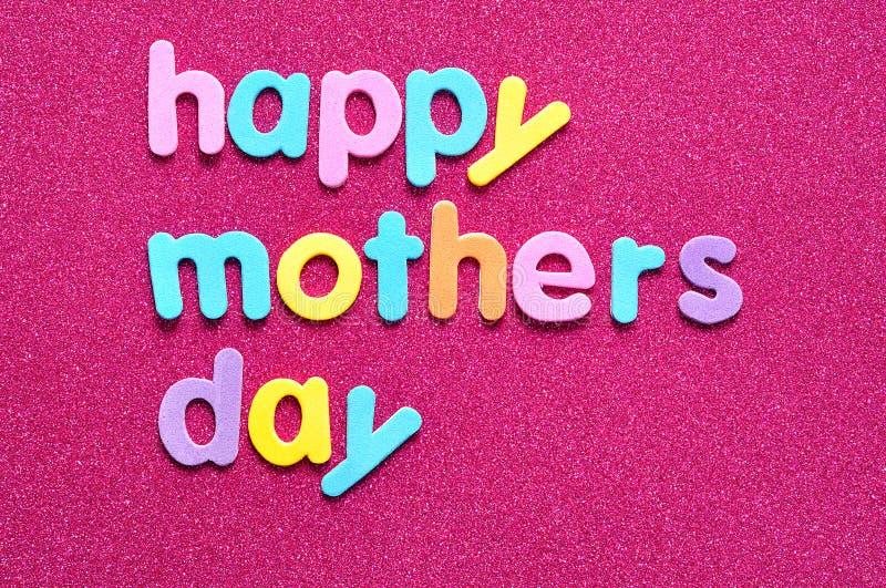 Día de madres feliz en un fondo rosado foto de archivo libre de regalías