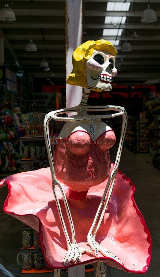 Día de Marilyn Monroe Skeleton muerto en la 5ta avenida en Playa Del Carmen, México imagenes de archivo