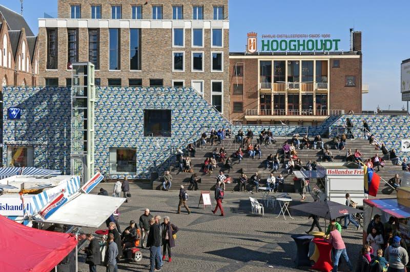 Día de mercado y el asolear en Grote Markt en Groninga imagen de archivo libre de regalías