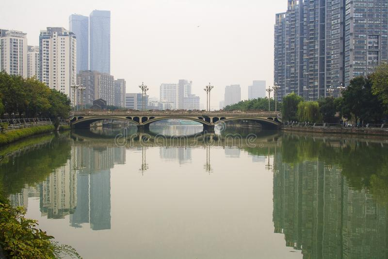 Día de niebla en el río en la ciudad de Chengdu fotografía de archivo