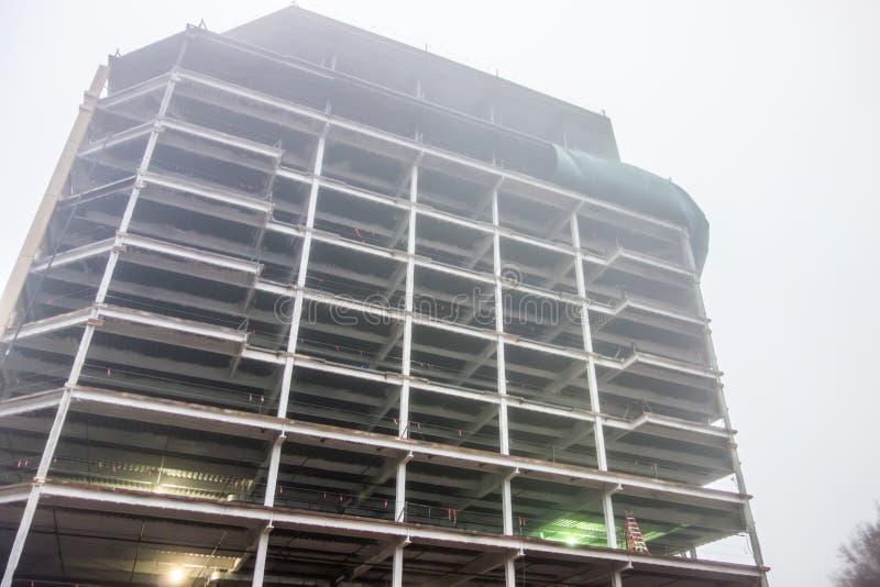 Día de niebla sobre emplazamiento de la obra fotografía de archivo