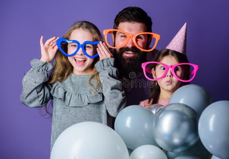 Día de padres feliz Familia feliz que celebra la fiesta de cumpleaños Tener una celebración de familia Partido de la familia Fami imagen de archivo libre de regalías