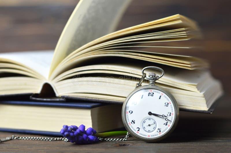 Día de padres feliz Reloj, libros y flor de bolsillo del vintage imágenes de archivo libres de regalías