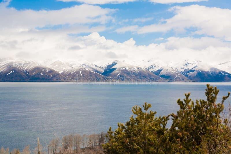 Día de primavera de Sevan del lago foto de archivo