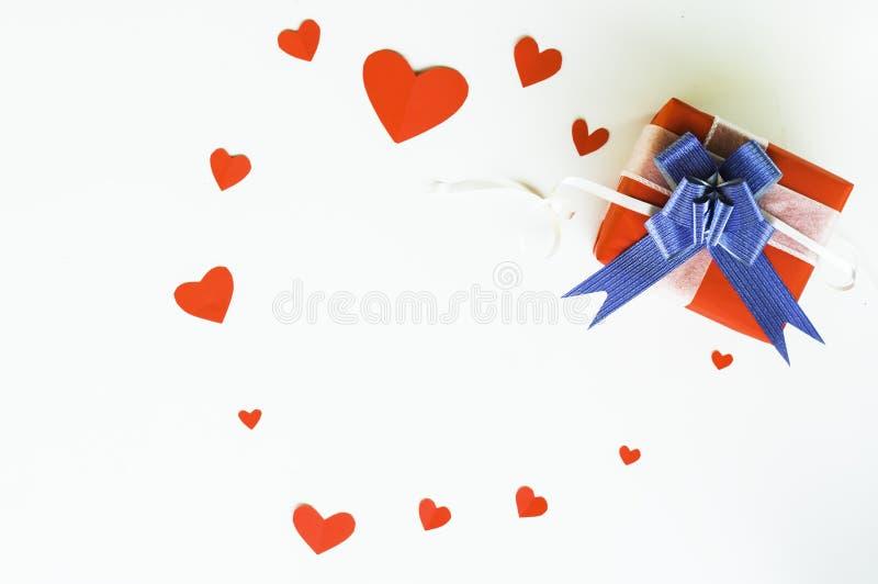 Día de San Valentín de la visión superior de la caja roja del regalo, con el arco y la cinta azules, con la forma de papel del co imagen de archivo libre de regalías