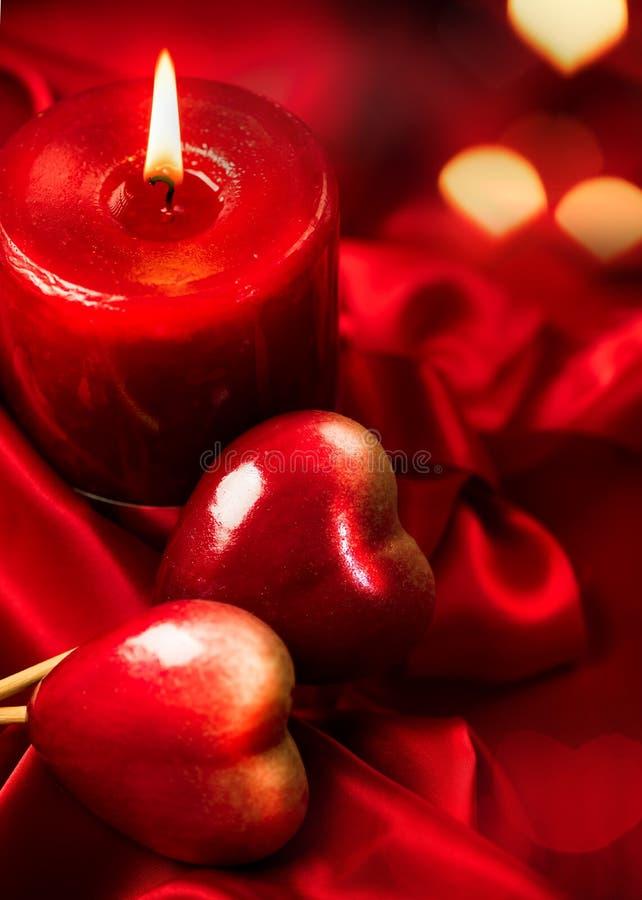 Día de tarjeta del día de San Valentín Corazones y vela rojos foto de archivo libre de regalías