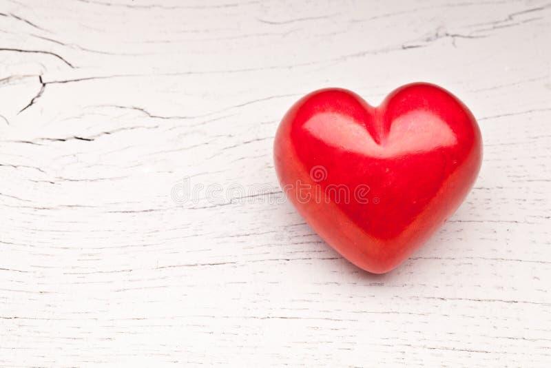 Día de tarjetas del día de San Valentín. Corazón rojo en una tabla de madera. fotos de archivo