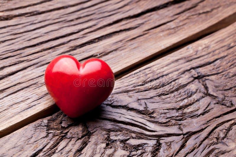 Día de tarjetas del día de San Valentín. Corazón rojo en una tabla de madera. fotografía de archivo libre de regalías