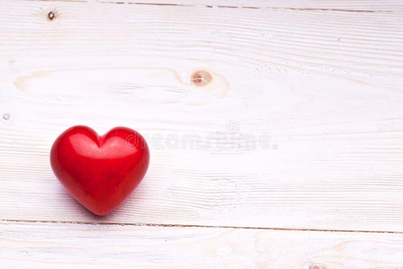 Día de tarjetas del día de San Valentín. Corazón rojo en una tabla de madera. fotografía de archivo