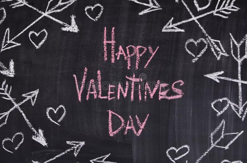Día de tarjetas del día de San Valentín feliz con los corazones, arrowes Tiza fotos de archivo libres de regalías