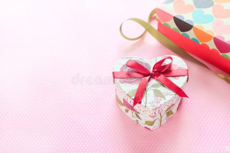 Día de tarjetas del día de San Valentín y caja de regalo en forma de corazón Fondo del día de fiesta fotos de archivo libres de regalías