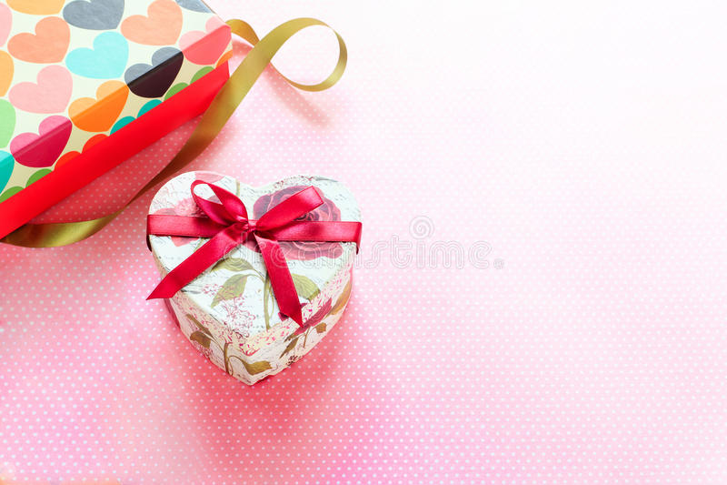 Día de tarjetas del día de San Valentín y caja de regalo en forma de corazón Fondo del día de fiesta imagen de archivo