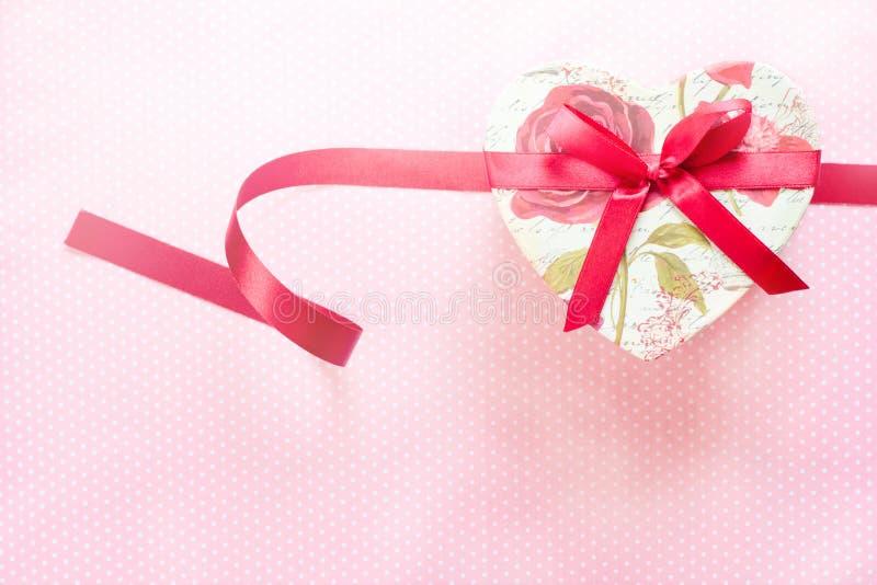 Día de tarjetas del día de San Valentín y caja de regalo en forma de corazón Fondo del día de fiesta foto de archivo libre de regalías