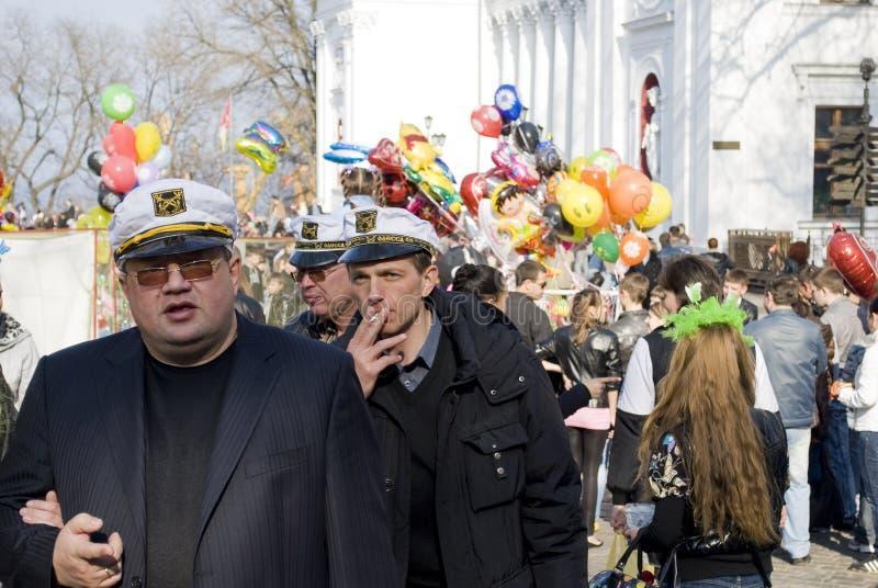 Día de tonto de abril: la gente se divierte adentro hacia el centro de la ciudad foto de archivo libre de regalías