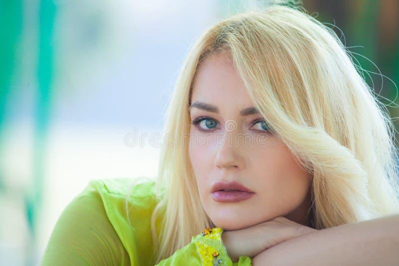 Día de verano al aire libre de los ojos azules de la moda del retrato elegante rubio hermoso de la mujer imágenes de archivo libres de regalías