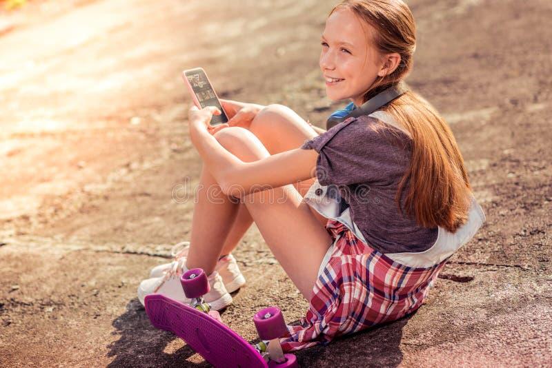 Día de verano oscuro-cabelludo sonriente del gasto de la muchacha en la calle fotografía de archivo libre de regalías