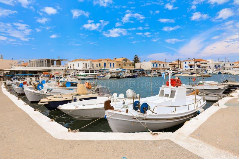 Día de verano soleado y barcos de pesca hermosos en el puerto de isla del pueblo de Elafonisos, Laconia, Peloponeso, Grecia junio fotografía de archivo