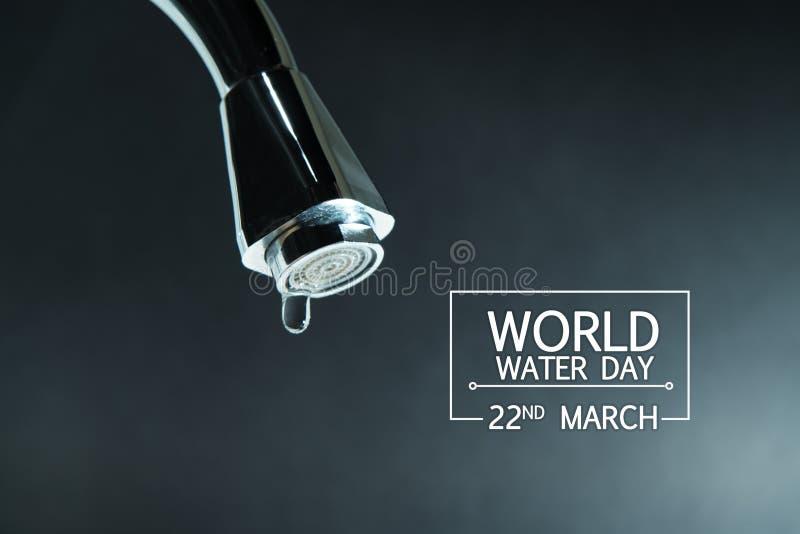 Día del agua del mundo, descenso del agua en el grifo con los fondos negros fotos de archivo libres de regalías