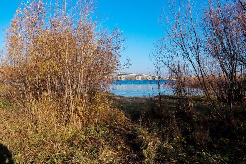 Día del otoño en Arkhangelsk Isla Krasnoflotsky La reflexión en el agua foto de archivo