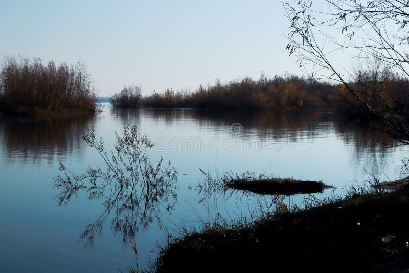 Día del otoño en Arkhangelsk Isla Krasnoflotsky La reflexión en el agua fotografía de archivo libre de regalías