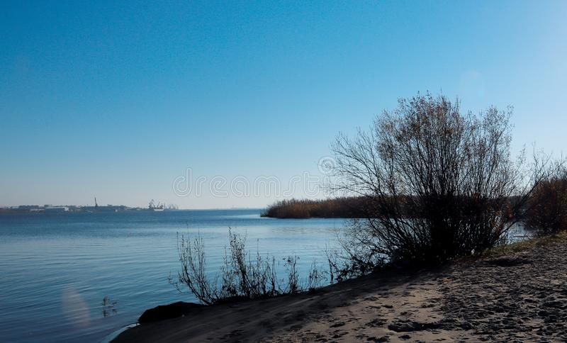 Día del otoño en Arkhangelsk Vista del río Dvina septentrional y puerto fluvial en Arkhangelsk foto de archivo libre de regalías