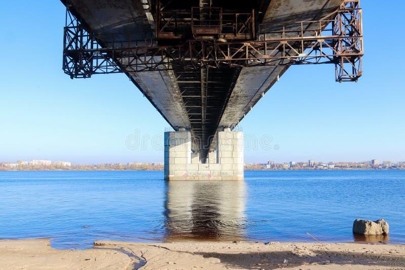 Día del otoño en Arkhangelsk Vista del río puente septentrional de Dvina y del automóvil en Arkhangelsk imagenes de archivo