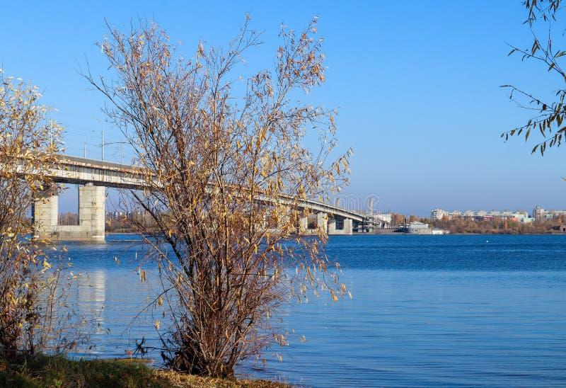 Día del otoño en Arkhangelsk Vista del río puente septentrional de Dvina y del automóvil en Arkhangelsk imagen de archivo libre de regalías