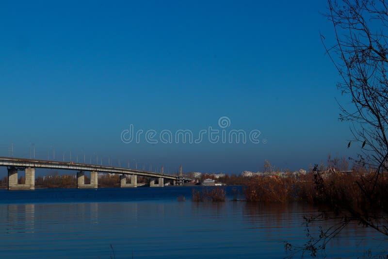 Día del otoño en Arkhangelsk Vista del río puente septentrional de Dvina y del automóvil en Arkhangelsk imagen de archivo