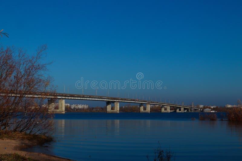 Día del otoño en Arkhangelsk Vista del río puente septentrional de Dvina y del automóvil en Arkhangelsk fotos de archivo
