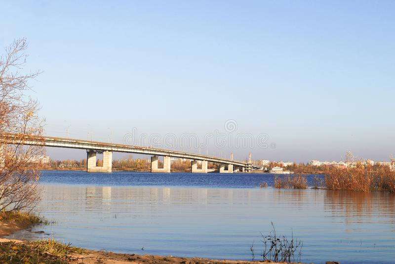 Día del otoño en Arkhangelsk Vista del río puente septentrional de Dvina y del automóvil en Arkhangelsk fotografía de archivo libre de regalías