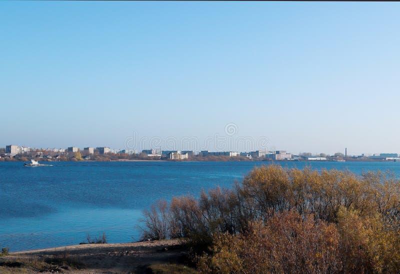 Día del otoño en Arkhangelsk Vista del río puente septentrional de Dvina y del automóvil en Arkhangelsk fotografía de archivo