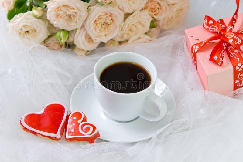 Día del `s de la tarjeta del día de San Valentín Boda, día del ` s de la madre Una taza de corazón del café y de dos panes de jen imagenes de archivo
