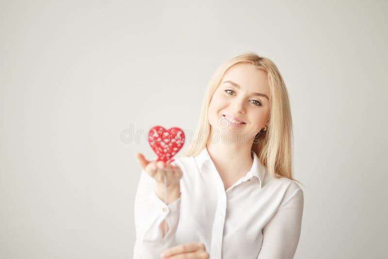 Día del ` s de la tarjeta del día de San Valentín, corazón a disposición, una muchacha hermosa joven fotografía de archivo libre de regalías