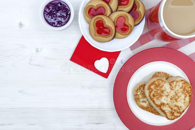 Día del `s de la tarjeta del día de San Valentín desayuno de la mañana con café y pasteles de queso foto de archivo