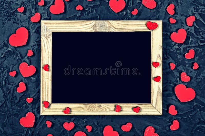 Día del `s de la tarjeta del día de San Valentín Disposición para la postal Espacio en blanco y corazones del marco de madera en  foto de archivo libre de regalías