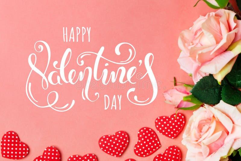 Día del `s de la tarjeta del día de San Valentín Tarjeta de felicitación en el fondo coralino Foco selectivo horizontal imagenes de archivo