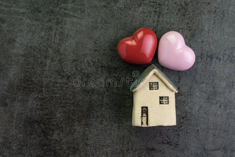 Día del ` s de la tarjeta del día de San Valentín o familia viva romántica con la casa del amor con c foto de archivo