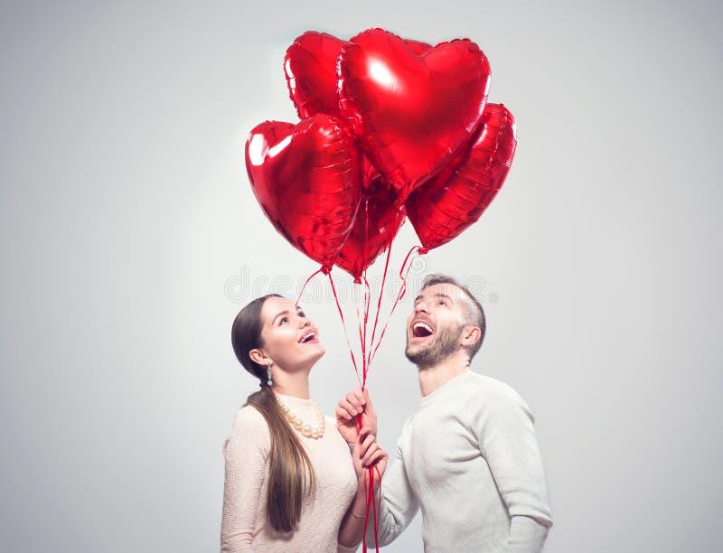Día del `s de la tarjeta del día de San Valentín Pares alegres felices Retrato de la muchacha sonriente de la belleza y de su nov imagen de archivo