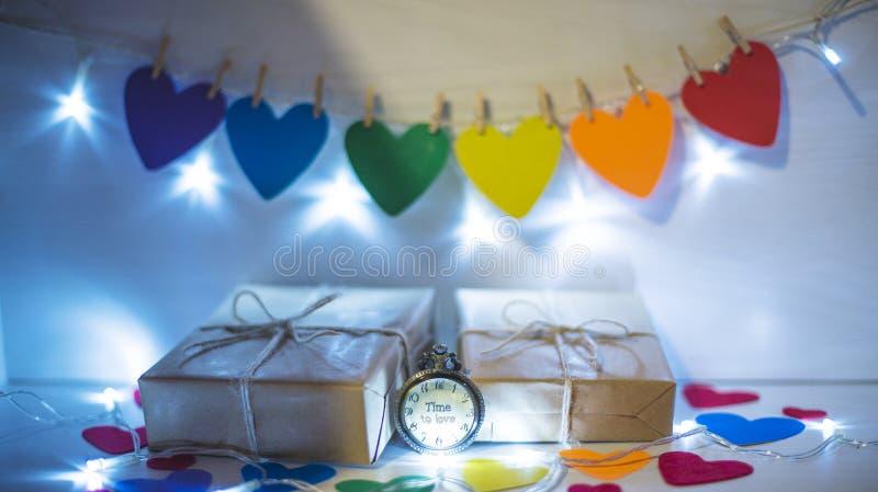 Día del ` s de la tarjeta del día de San Valentín del St, corazones de colores iluminados Hora de querer imagenes de archivo